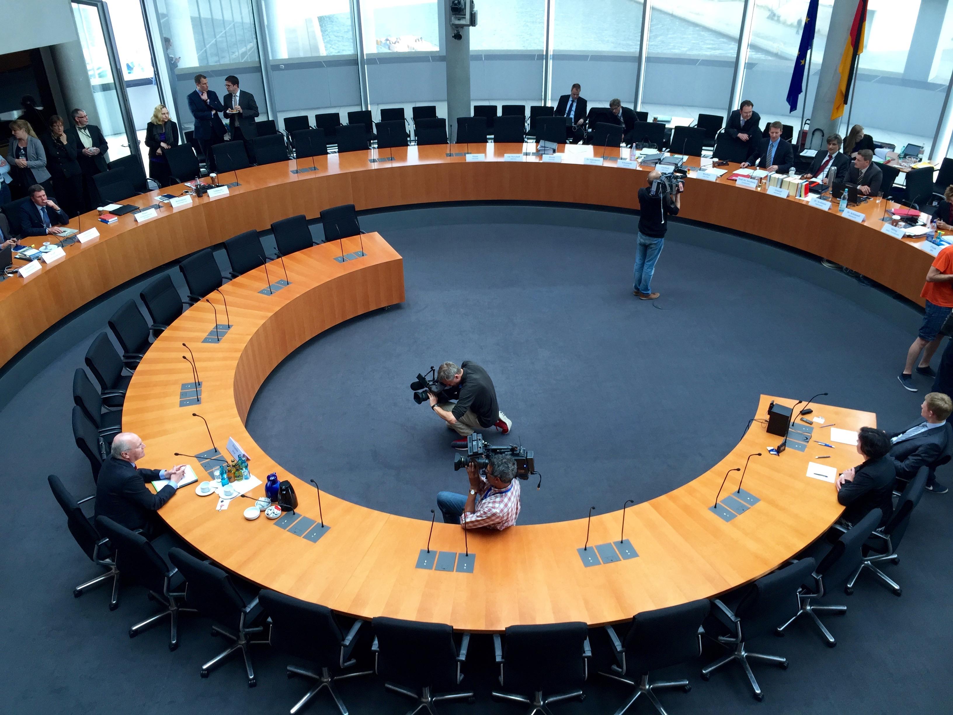 Klaus-Dieter Fritsche vor seiner Vernehmung im Sitzungssaal