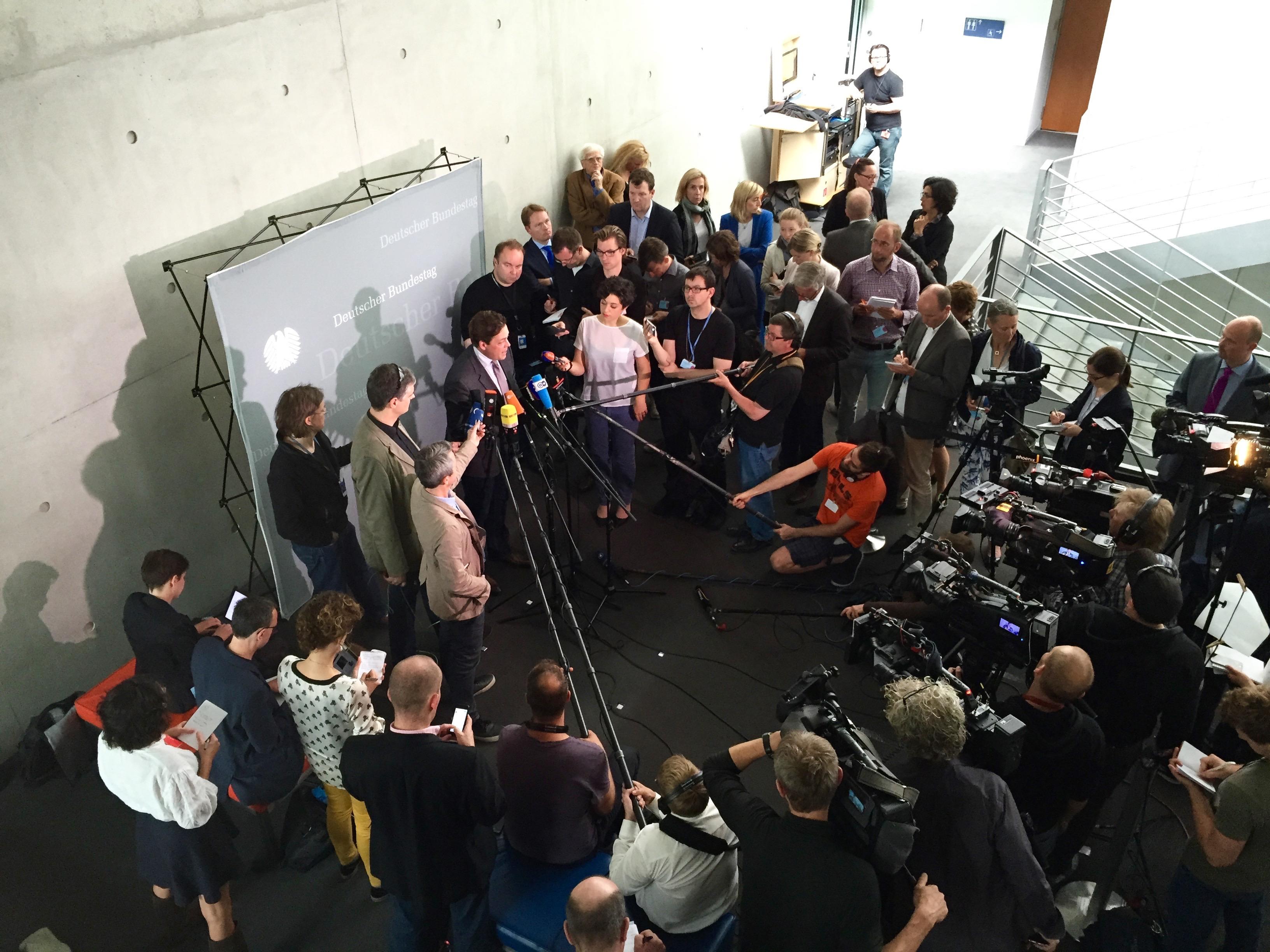 Konstantin von Notz ist umringt von Pressevertretern