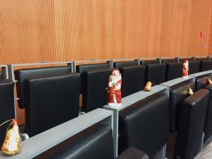 Schokoweihnachtsmänner auf der Besuchertribüne beim Geheimdienst-Untersuchungsausschuss