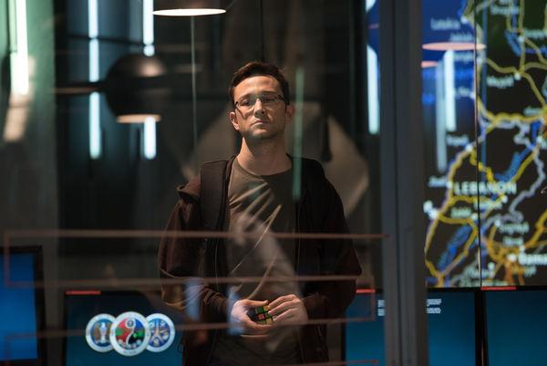 Snowden mit dem symbolischen Zauberwürfel | Foto: Universum Film