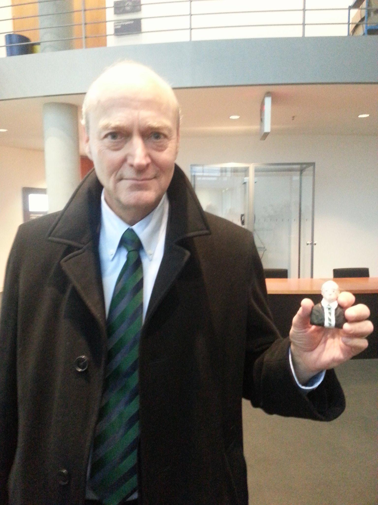 Gerhard Schindler vor dem Ausschusssaal mit Stellas Knetbüste