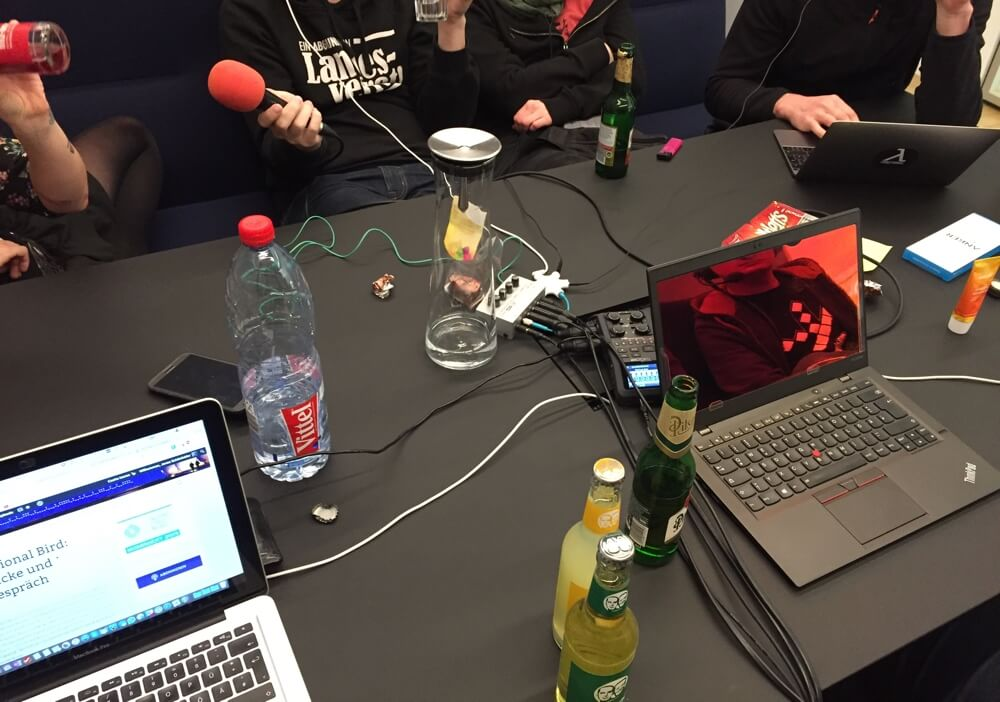 Diesmal haben wir mit Bier, Limo und bequemen Sitzmöglichkeiten gepodcastet, anstatt aus dem Bundestag