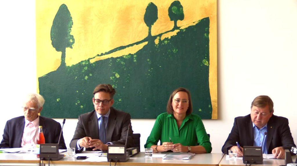 Die Oppositionspolitiker Christian Ströbele, Konstantin von Notz, Martina Renner und André Hahn stellen ihr Sondervotum zum Geheimdienst-Untersuchungsausschuss auf einer Pressekonferenz vor.